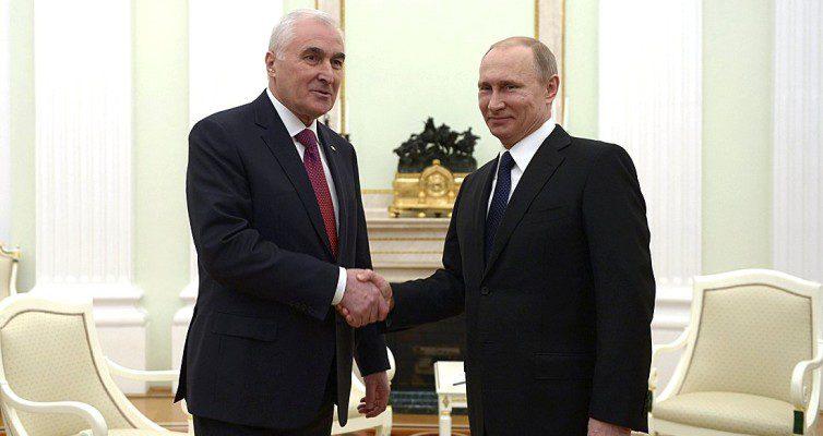 prezident-Rossii-Vladimir-Putin-i-prezident-yuzhnoj-Osetii-foto