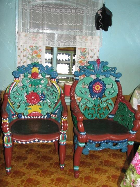 V-dome-kuznetsa-Kirillova-vnutri-doma-kresla-sdelanye-Kirillovym