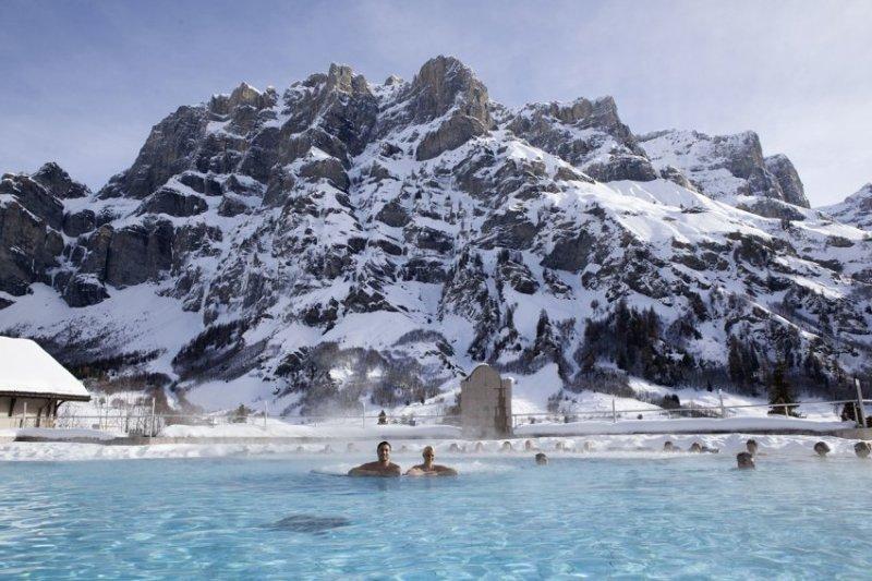 Samye-luchshie-zimnie-kurorty-SHvejtsarii-Lejkerbad-bassejn-pod-otkrytym-nebom-zimoj