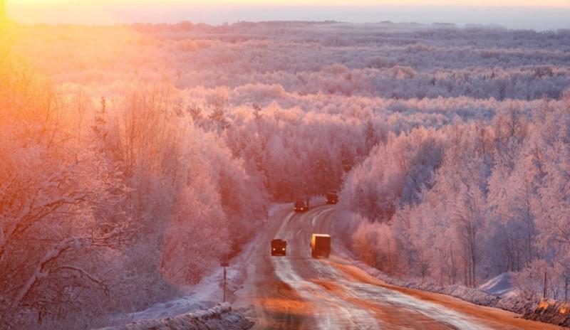 Avtomobili-na-rassvete-na-trasse-Krasnoyarsk-Mongoliya-temperature-okolo-27-S-avtor-Ilya-Naymushin.