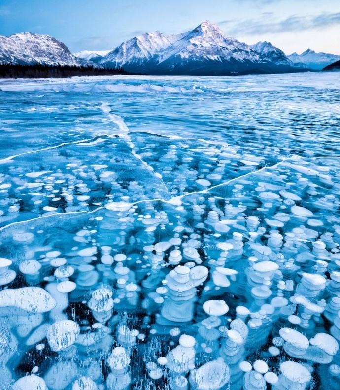 Zima.-Zamerzshee-ozero-v-Kanadskih-gorah-Rokis.-Fotograf-Emmanuel-Coupe