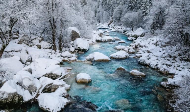 zima.-Reka-Socha-Sloveniya.-Fotograf-Luka-Esenko