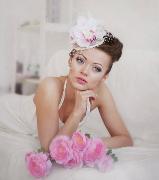 nevesta-v-shlyapke-eto-modno-i-krasivo-tsvetok-dikaya-orhideya-svadebnaya