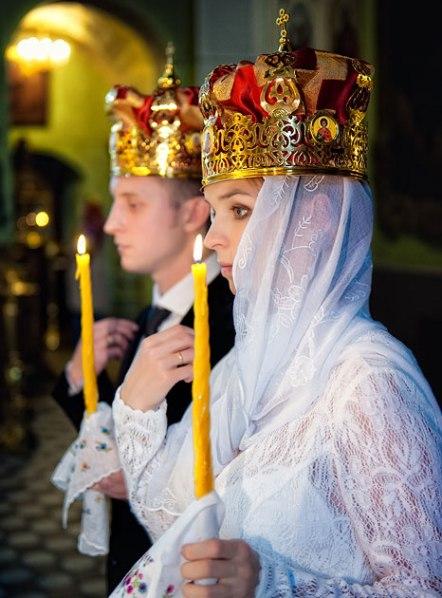 venchaniya-v-tserkvi-ventsy-ili-venchalnye-korony-odevayut-na-golovy