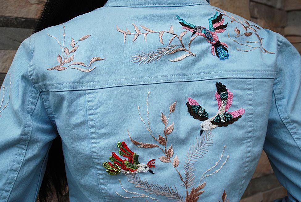 kak-sdelat-krasivuyu-vyshivku-na-dzhinsah-idei-foto-i-video... Как украсить джинсы или джинсовые шорты в домашних условиях. Вышивка бисером на джинсах своими руками
