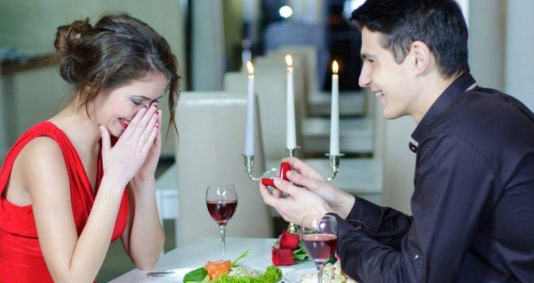 kakoe-koltso-darit-muzhchina-devushke-na-svidanie-do-svadby