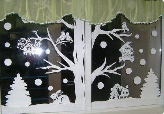 okna-ukrashennye-novogodnimi-vytynankami-foto-krasivyh-okon-v-novyj-god-3