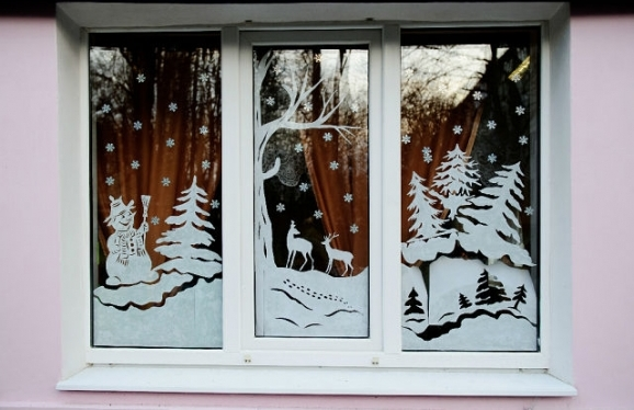 okna-ukrashennye-novogodnimi-vytynankami-foto-krasivyh-okon-v-novyj-god-4