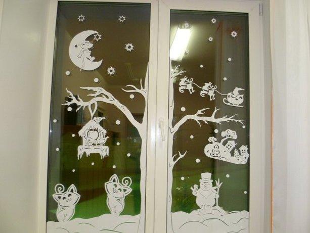 okna-ukrashennye-novogodnimi-vytynankami-foto-krasivyh-okon-v-novyj-god-6