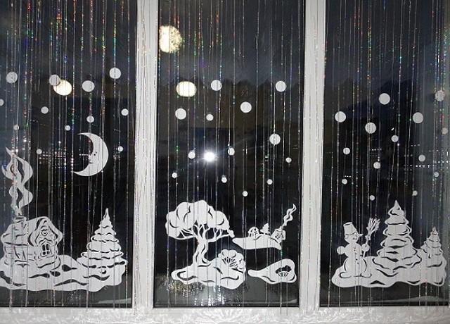 okna-ukrashennye-novogodnimi-vytynankami-foto-krasivyh-okon-v-novyj-god-7