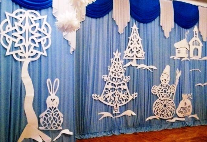 okna-ukrashennye-novogodnimi-vytynankami-na-shtorah-foto