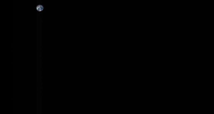 Zemlya-i-Luna-s-rastoyaniya-bolee-5-millionov-kilometrov-foto