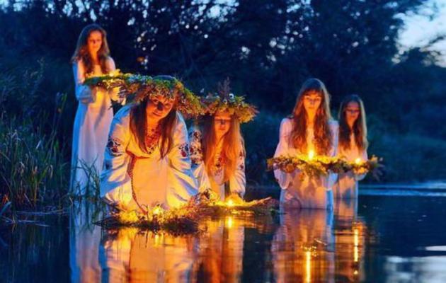 gadaniya-primety-obychai-i-traditsii-na-duhov-den-gadaniya-devushek-puskanie-venkov-po-reke