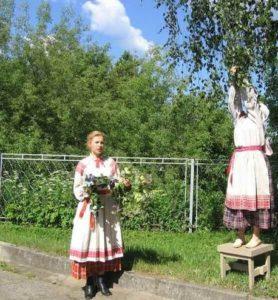 gadaniya-primety-obychai-i-traditsii-na-duhov-den-vetvi-i-pleteniya-venkov-s-berezy