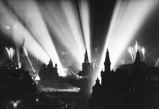 istoriya-prazdnika-dnya-pobedy-9-maya-9-maya-1945-goda-Moskva-krasnaya-ploshhad-salyut