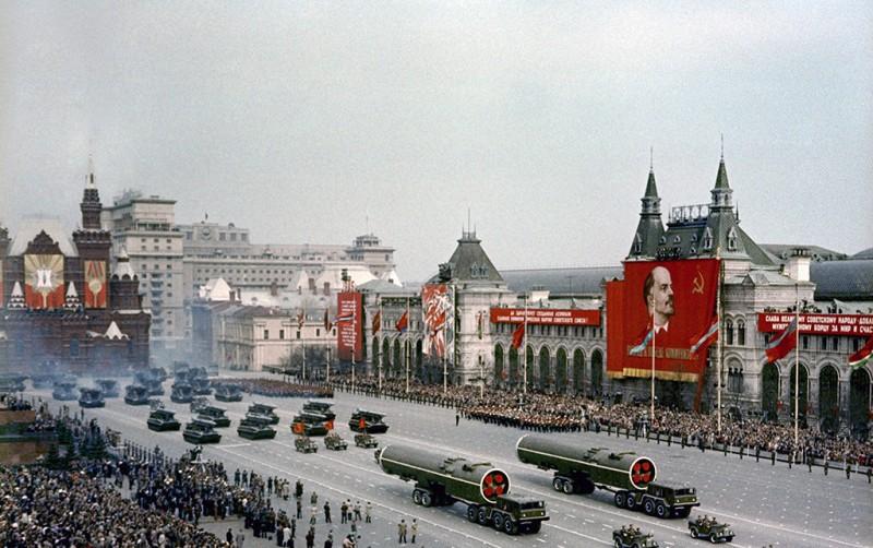 istoriya-prazdnika-dnya-pobedy-9-maya-SSSR-1965-god-krasnaya-ploshhad-v-Moskve