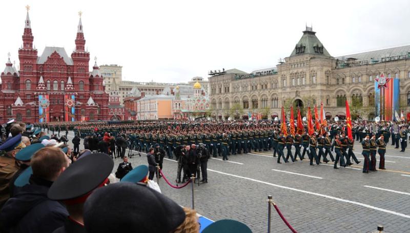 istoriya-prazdnika-dnya-pobedy-9-maya-nachinaya-s-9-maya-1945-goda-po-nashi-dni.-foto-parada-2017-Moskva