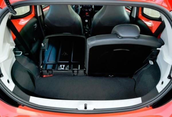 samyj-ekonomichnyj-avtomobil-Toyota-Aygo-foto-avto-tsena-i-video-obzor-vid-vnutri-salona-bagazhnik
