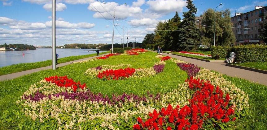 Velikij-Novgorod-reka-Volhov-naberezhnaya-klumby-s-tsvetami-tsvetniki-torgovyya-storona-naprotiv-Kreml-detinets
