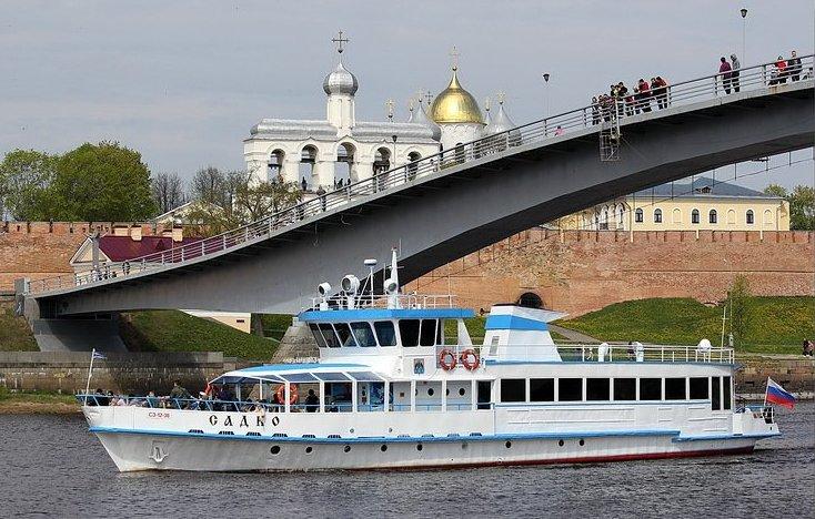 Velikij-Novgorod-reka-Volhov-peshehodnyj-most-Kreml-detinets-progulka-po-reke-na-teplohode-Sodko