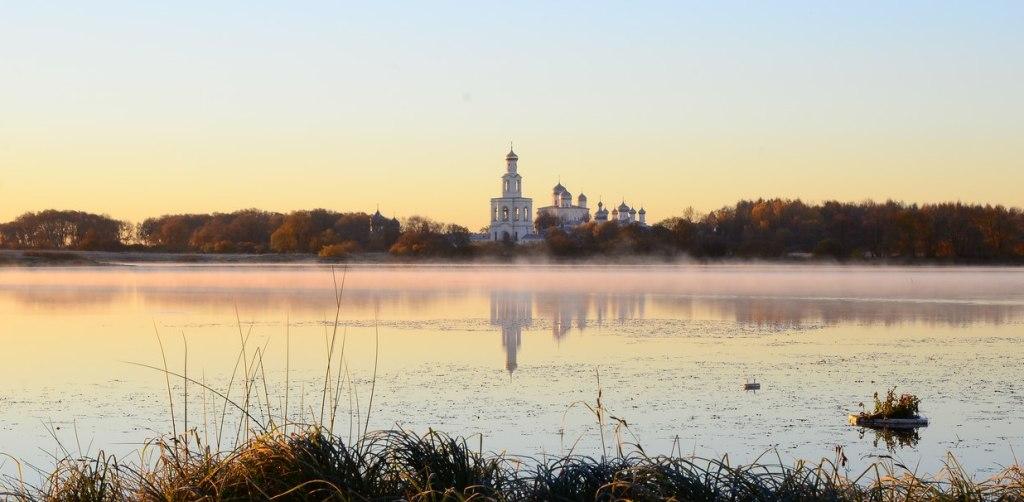Velikij-Novgorod-v-tumane-kak-bud-to-rastsvetaet-sad...-reka-Volhov-tserkvushki-kak-nevestochki-stoyat...-stihi-o-Novgorode