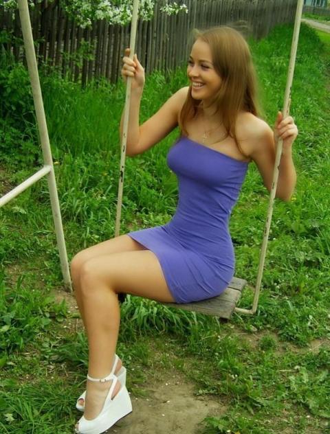 krasivye-devushki-v-letnih-platyah-v-sinem-plate-na-kachelyah