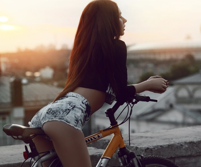 samye-krasivye-devushki-letom-v-dzhinsovyh-i-belyh-shortah-foto-devushka-na-velosipede