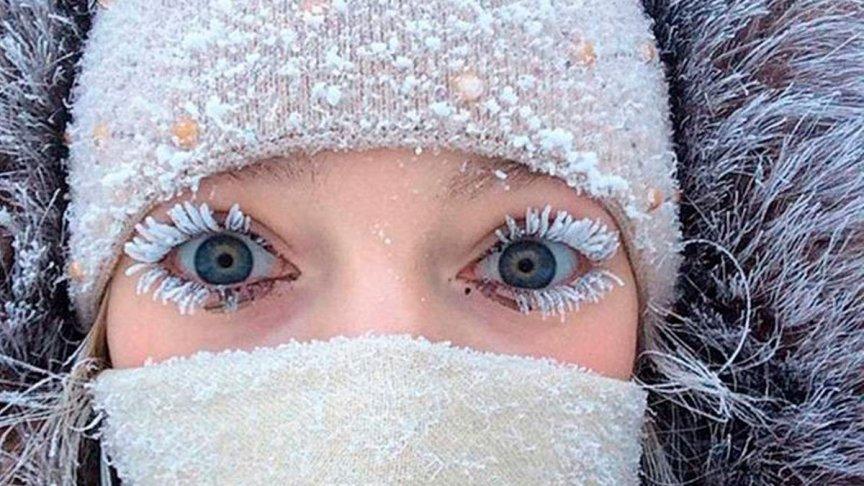 Zimnij-Test-proverte-naskolko-horosho-vy-gotovy-k-zime-foto-devushka-resnitsy-v-snegu...