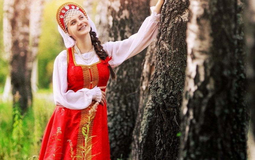 Test-ugadaj-znacheniya-ustarevshih-slavyanskih-slov-na-foto-devushka-v-russkom-natsionalnom-kostyume
