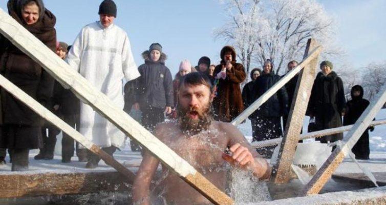 Prazdnichnyj-Test-ugadajte-pravoslavnye-prazdniki-Rossii-na-foto-Kreshhenie-kreshhenskoe-kupanie-v-prorubi