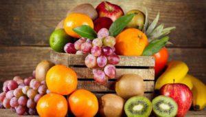 pyat-samyh-vazhnyh-produktov-dlya-polzy-i-luchshej-raboty-mozga-frukty-i-ovoshhi-vinograd-apelsin-kivi-yabloko
