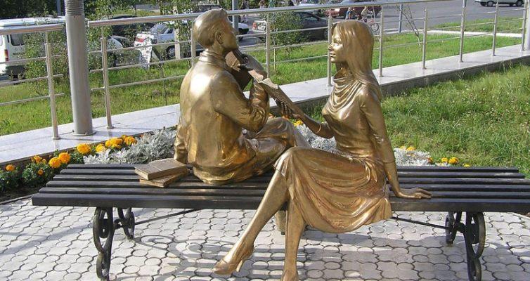 Test-dostoprimechatelnosti-i-pamyatniki-udadajte-komu-oni-posvyashheny-i-gde-nahodyatsya-na-foto-pamyatnik-chitayushhej-pare-Noyabrsk