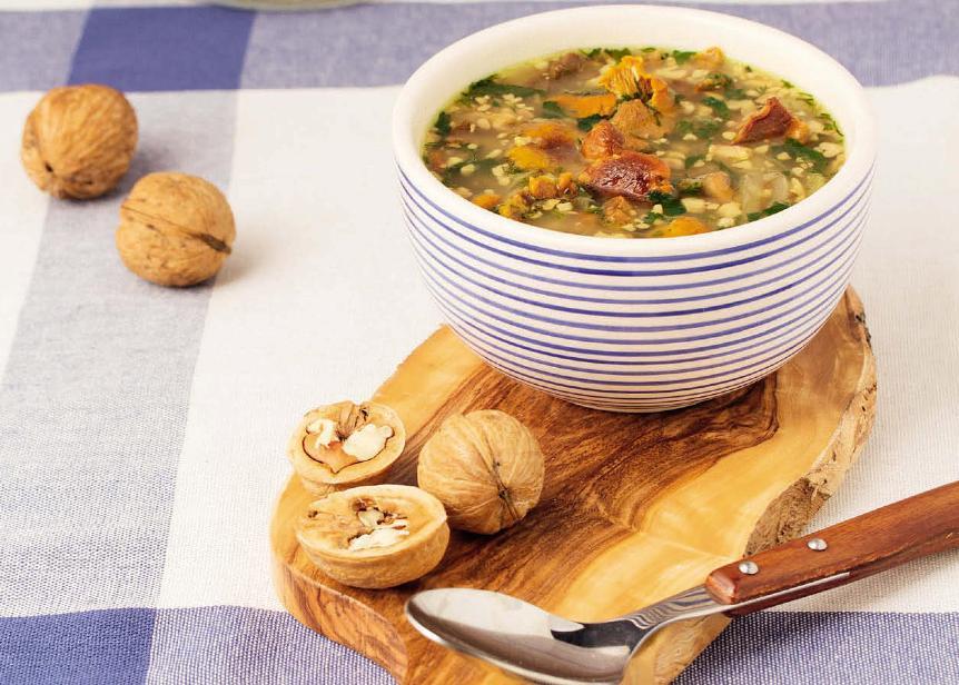 orehovyj-sup-retsept-prigotovleniya-s-gretskimi-orehami-i-tomatami-foto
