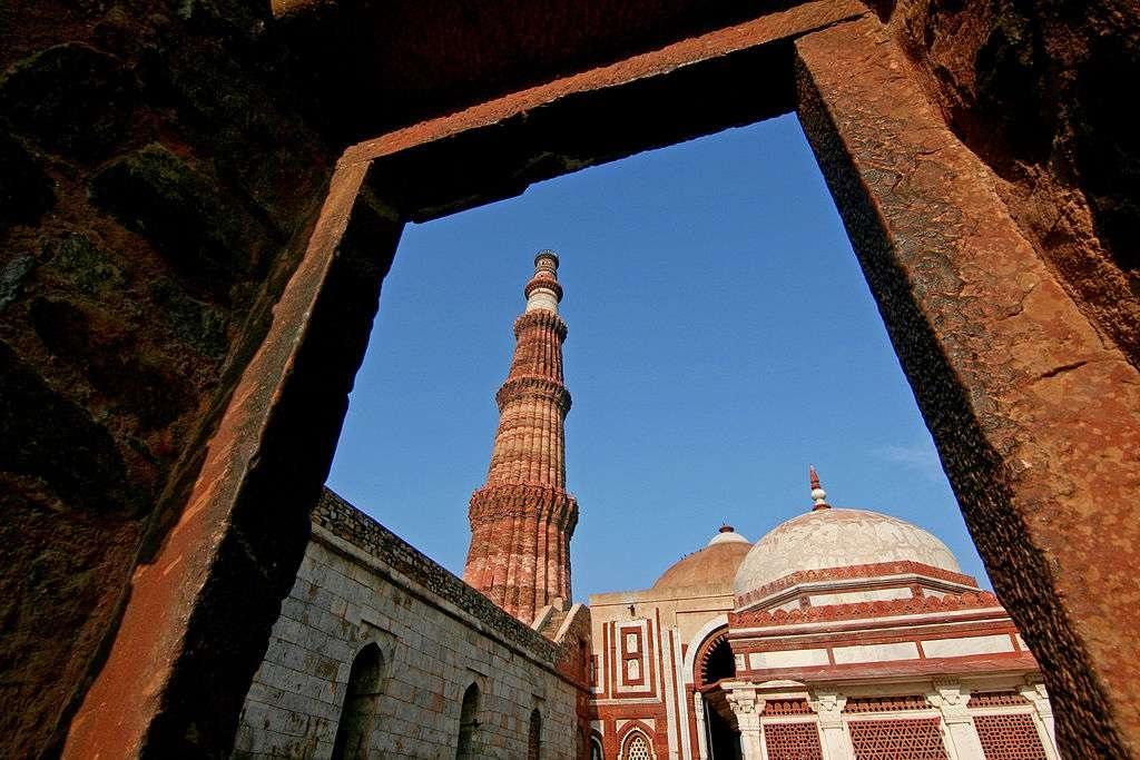 samye-glavnye-i-interesnye-dostoprimechatelnosti-gorodov-Indii-foto-3minaret-Kutub-Minar