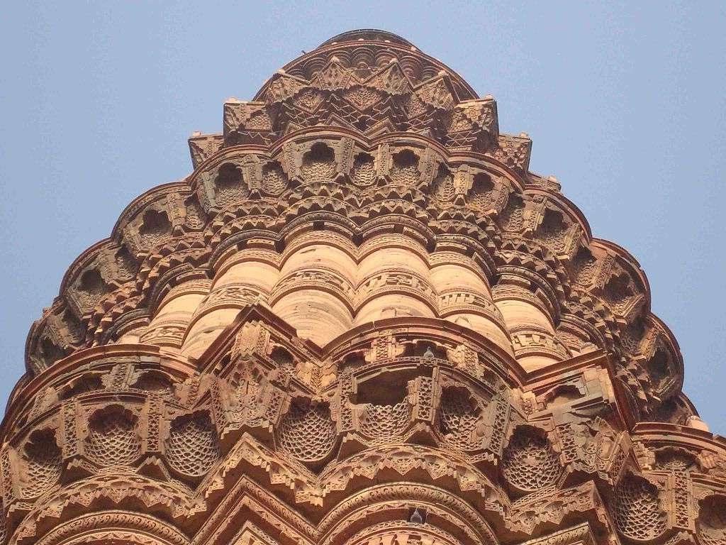 samye-glavnye-i-interesnye-dostoprimechatelnosti-gorodov-Indii-foto-4-minaret-Kutub-Minar