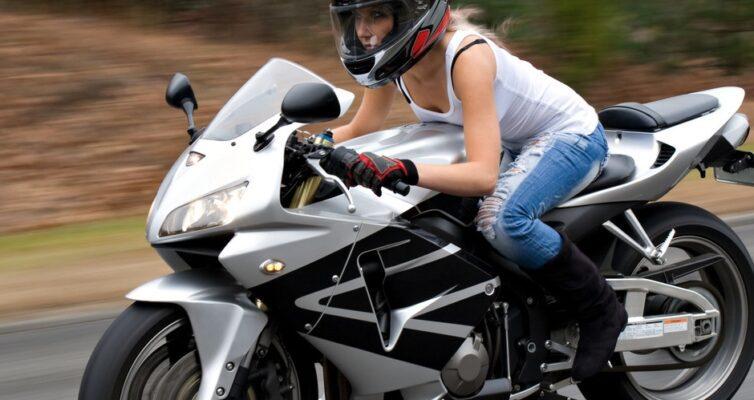 chto-uderzhivaet-dvuhkolesnyj-transport-ot-padeniya-foto-devushka-na-mototsikle