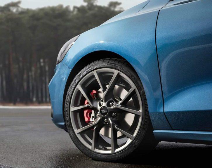 novyj-Ford-Focus-ST-2019-2020-goda-obzor-novogo-avtomobilya-Ford-Fokus-harakteristika-foto-video-i-tseny-kolesa-diski