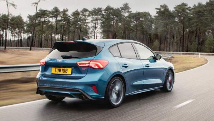 novyj-Ford-Focus-ST-2019-2020-goda-obzor-novogo-avtomobilya-Ford-Fokus-harakteristika-foto-video-i-tseny-na-hodu-po-trasse