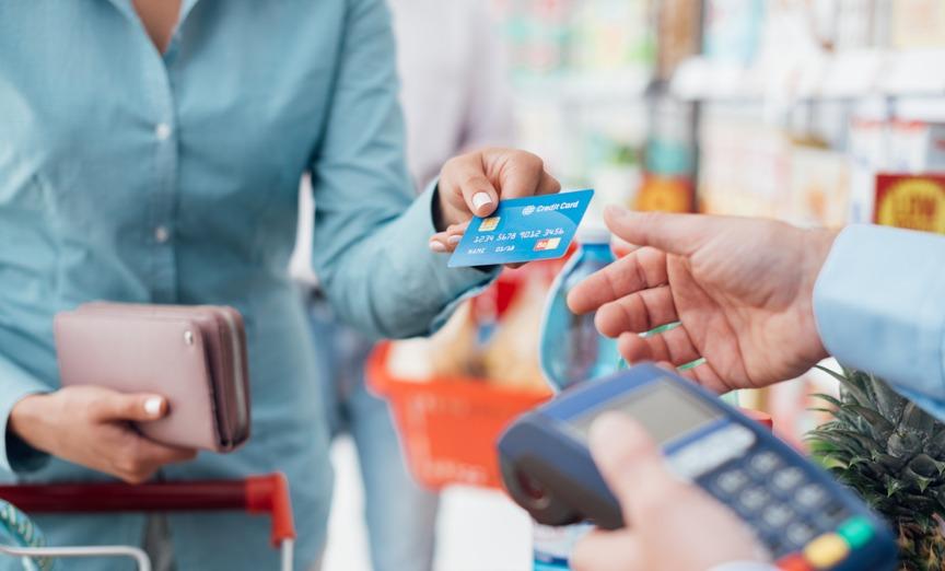 samye-rasprostranennye-oshibki-vladeltsev-bankovskih-kart-foto-bankovskaya-karta-v-rukah-devushki...