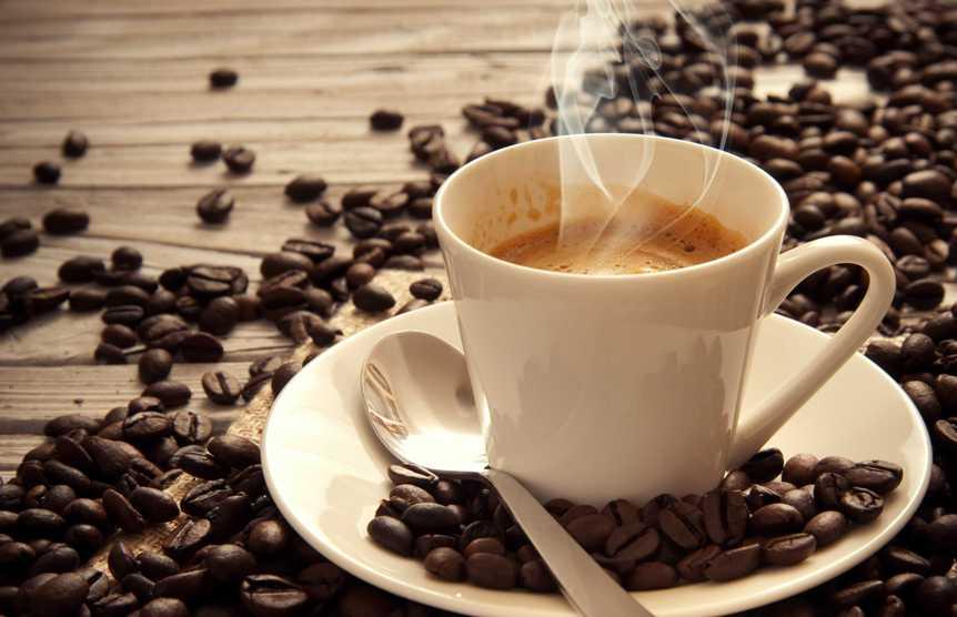 vliyanie-kofe-na-serdtse-fakty-podtverzhdennye-naukoj-foto-chashka-kofe-i-kofejnye-zerna