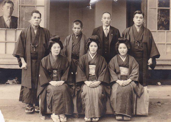 sekrety-dolgoletiya-ot-zhenshhiny-116-let-iz-YAponii-Kane-Tanaka-foto-Tanaka-Kane-v-tsentre-Kane-v-molodosti