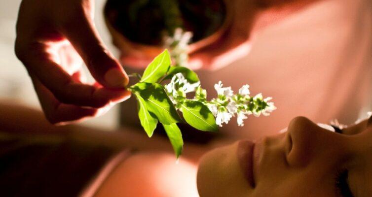 zametki-o-tselebnom-vozdejstvii-aromaterapii-na-cheloveka-foto-zhenskaya-aromaterapiya-aromat-tsvetov