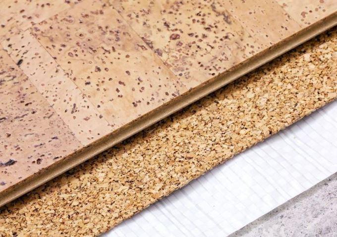 probkovye-poly-teplye-napolnye-pokrytiya-iz-naturalnogo-materiala-foto-montazh-zamkovogo-probkovogo-pola