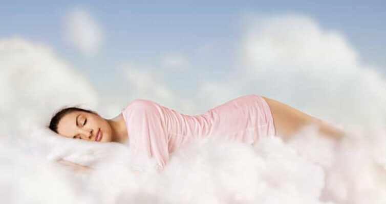 sny-predveshhayushhie-nastuplenie-beremennosti-foto-devushka-spit-sredi-oblakov