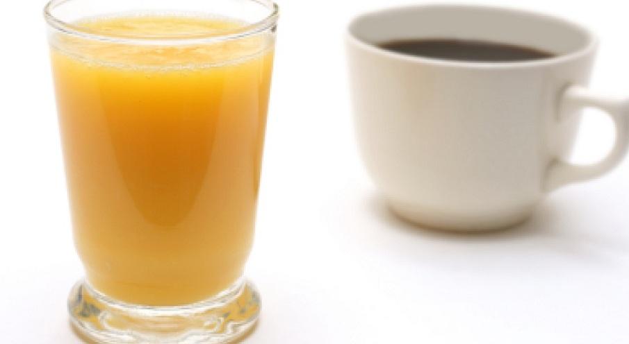 Test-poleznye-produkty-no-ugadajte-kakoj-iz-nih-bolee-polezen-drugogo-foto-apelsinovyj-sok-i-kofe