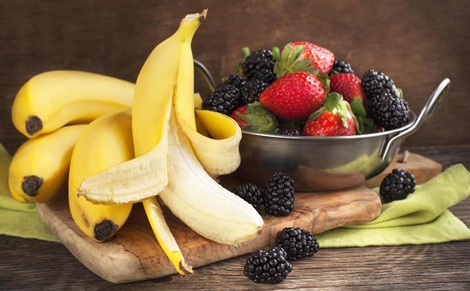 kakie-produkty-povyshayut-nastroenie-vyvodyat-iz-depressii-i-nastraivayut-na-pozitivnyj-lad-banany-frukty-i-yagody-foto-bananov-i-yagod