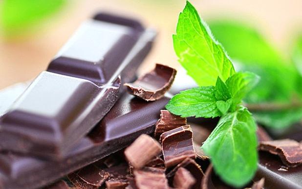 kakie-produkty-povyshayut-nastroenie-vyvodyat-iz-depressii-i-nastraivayut-na-pozitivnyj-lad-foto-gorkij-shokolad-i-zelenyj-chaj
