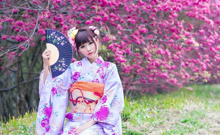 20-strannyh-zakonov-i-zapretov-iz-raznyh-stran-mira-foto-yaponskaya-devushka-v-kimono-s-veerom-u-sakury