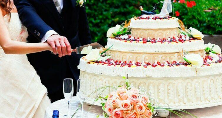 kak-pravilno-rezat-svadebnyj-tort-i-kto-dolzhen-pervym-prikosnutsya-k-tortu-foto-zhenih-i-nevesta-razrezayut-tort