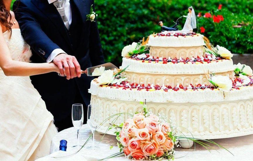kak-pravilno-rezat-svadebnyj-tort-i-kto-dolzhen-pervym-prikosnutsya-k-tortu-foto-zhenih-i-nevesta-razrezayut-tort...